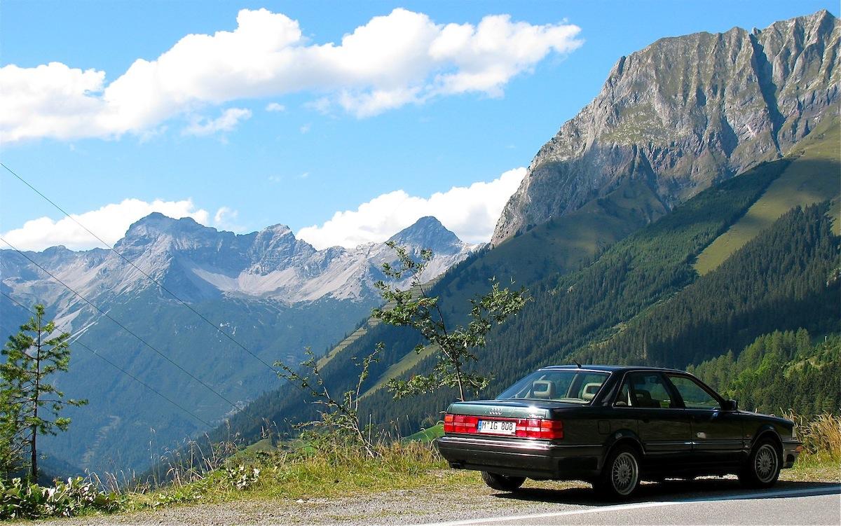 Die Jagd mit dem Audi V8 findet aufgrund seiner Lebensweise meist auf den deutschen Autobahnen statt. Da ein Audi V8 enge Gassen und steile Anstiege scheut, ist die Jagd mit ihm oft mühsam und gefährlich. Der tatsächliche durchreparierte Bestand ist sehr gering, da durch die widrigen Umweltbedingungen, insbesondere im alpinen Winter oder aufgrund schlechter Haltung, viele seiner Art nicht überleben. Auch können Seuchen wie hoher Ölverlust, defekte Zylinderkopfdichtungen, poröse Zahnriemen, siffende Getriebe und andere parasitäre oder infektiöse Erkrankungen für hohe Todesraten mitverantwortlich sein. Doch selbst in proletarischen Regionen kann heute wieder eine nennenswerte Bestandsabschöpfung verzeichnet werden.