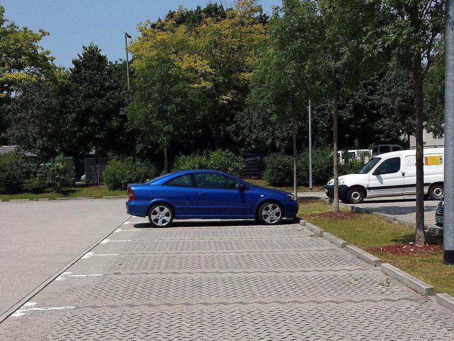 Gähnende Leere. An heißen Sommerwochenende verwaist der Baumarkt-Parkplatz.