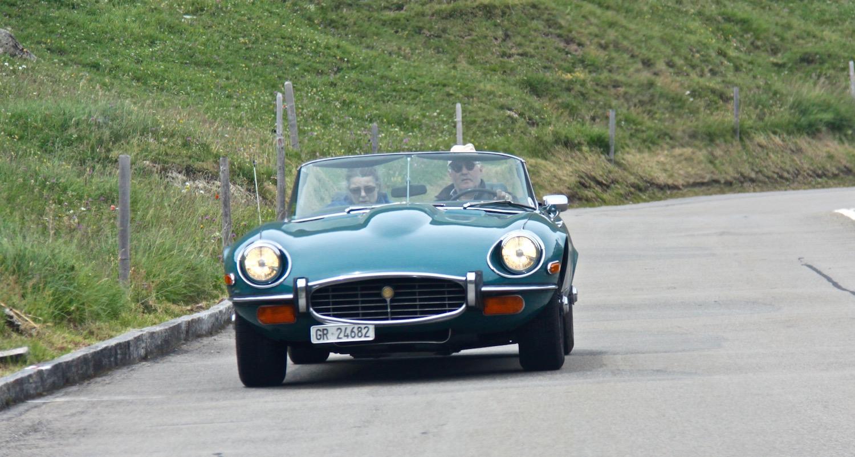 Very british - auch diese Raubkatze verfolgt Bond's Spuren auf der Furkastraße.