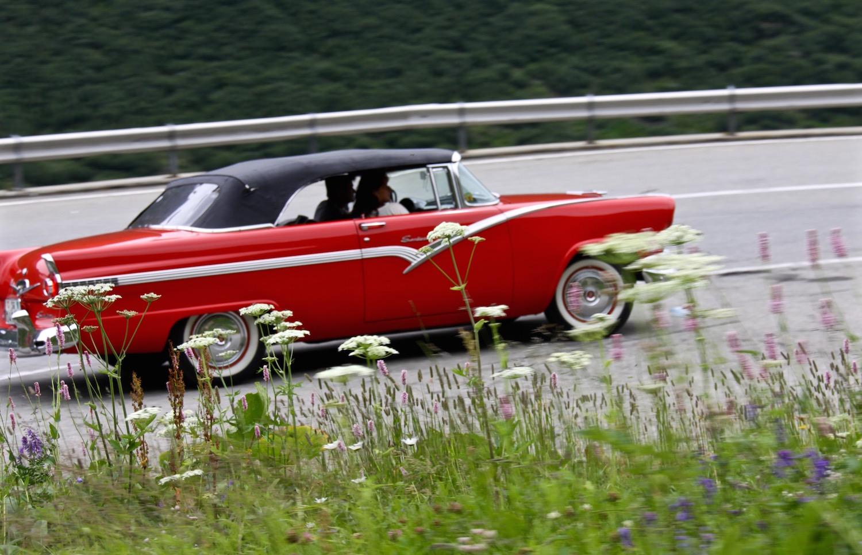 Mit einem Ford Fairlane aus den 1950ern reist es sich besonders stilvoll auf der Route des Grandes Alpes.