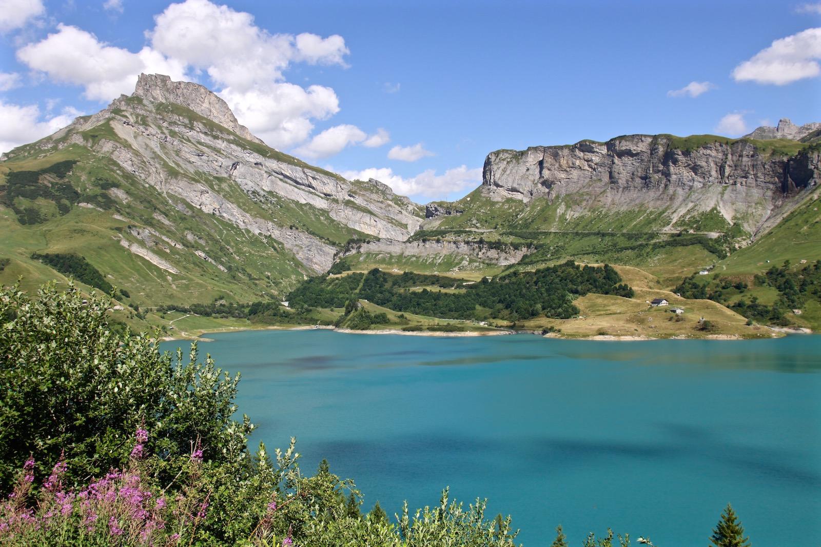 Die Terrasse des Chalet de Roselend bietet einen herrlichen Blick auf Fels, Wiesen und Wasser - dieses Bergidyll nimmt uns völlig gefangen.