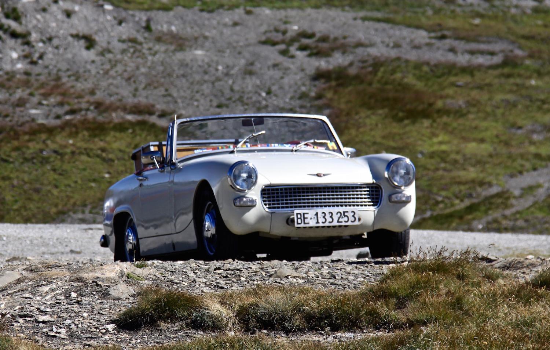 Begegnung der besonderen Art: Ein Aston Martin auf dem Col de l'Iseran, dem höchsten Pass der Reise.
