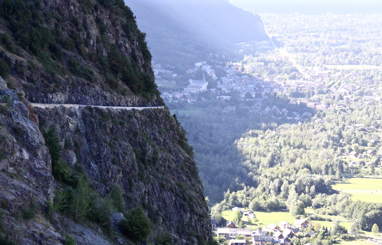 An der Felswand entlang führt die kühnste Hochstraße der Alpen und verzeiht keine Fehler.