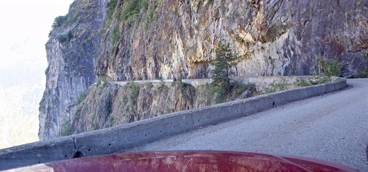 Mäuerchen vor dem freien Fall auf der kühnsten Hochstraße der Alpen nach Villard-Notre-Dame. Gänsehaut garantiert!