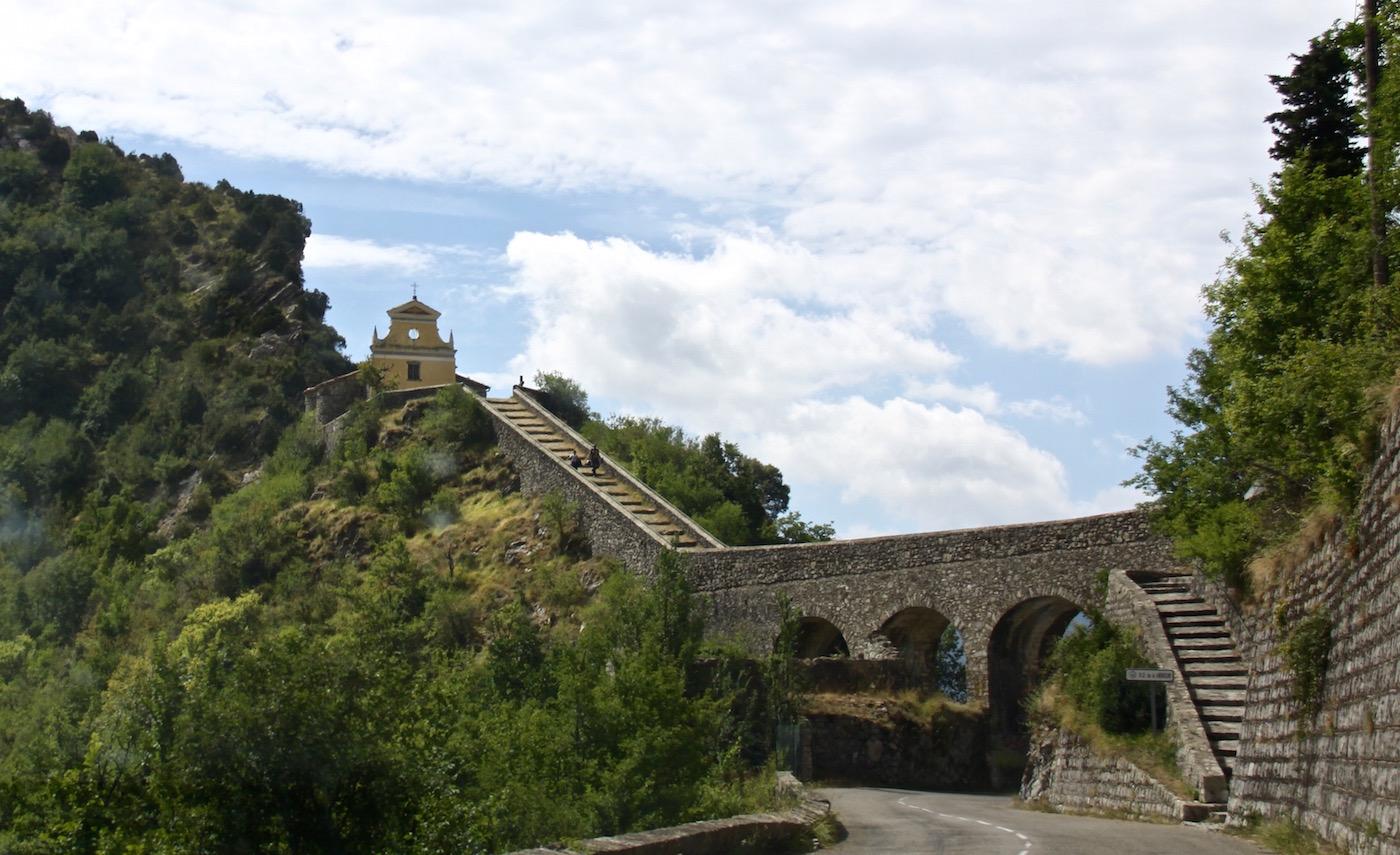 Die Kapelle Notre-Dame de la Menour thront auf einem Felsen oberhalb der Straße von Sospel nch Menton.