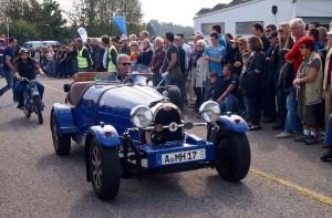 Auch der ehrwürdige Bugatti nimmt am Corso teil. Im Hintergrund stürmt schon wieder die Zündapp-Gang heran.