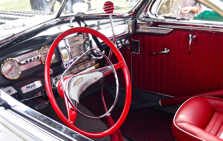 Armaturen, Zierblenden und das Lenkrad stammen aus einem Opel Kapitän.