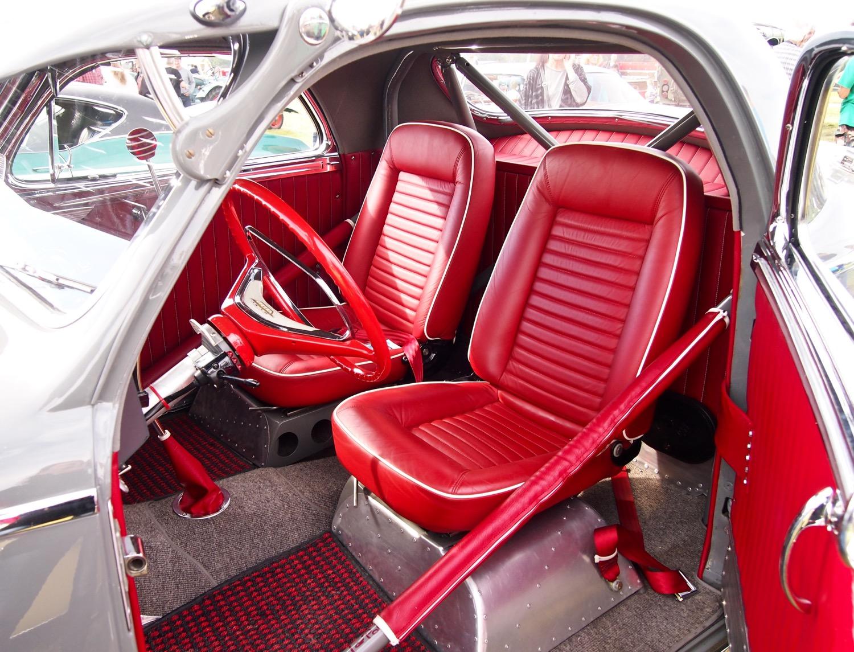 Im Innern des Chrysler Royal C34 sind sowohl die Opel GT-Sitze als auch die verkürzte Rücksitzbank mit feinstem BMW-Leder überzogen.