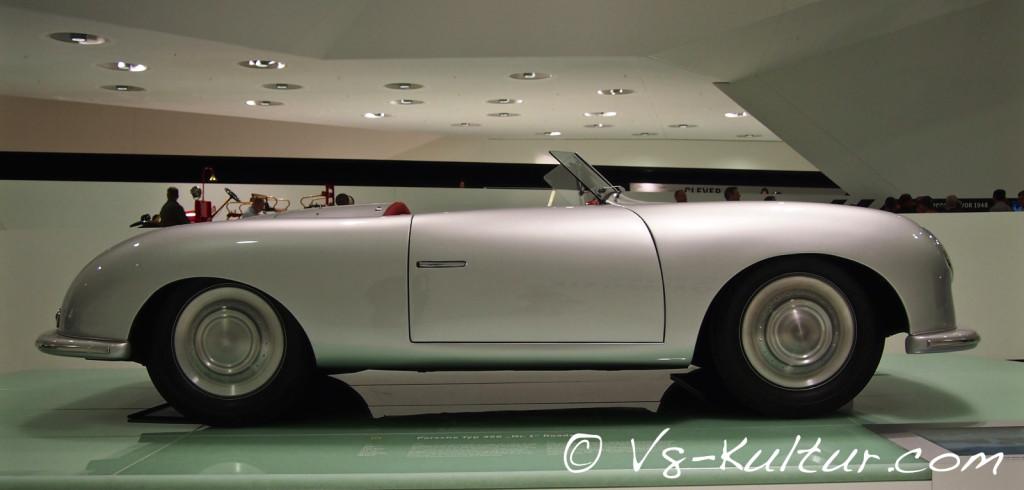 Im Porsche Museum steht der erste Porsche 356 mit einem 35 PS starken Mittelmotor, 585 kg Gesamtgewicht und 135 km/h Spitze.