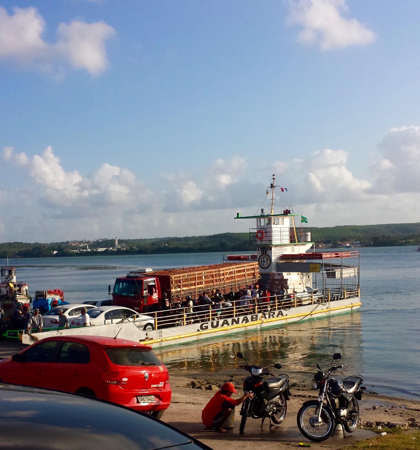 Fähre über den Rio Sao Francisco nördlich von Aracaju; Wartezeit ca. 30 Minuten. Die nächste Brücke ist 2 Stunden Fahrzeit entfernt.