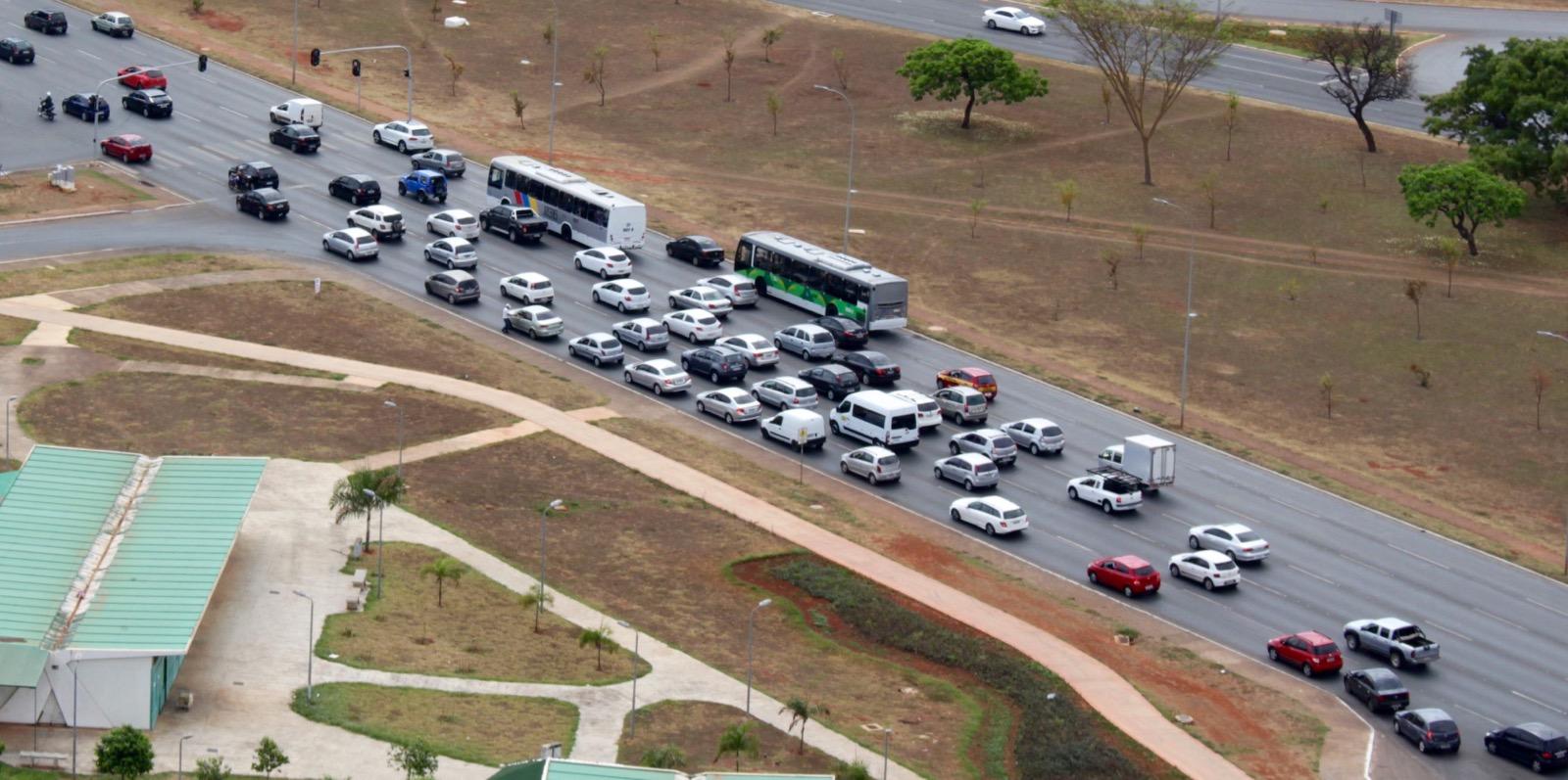 Verkehr im Stadtzentrum von Brasilia, fotografiert vom Fernsehturm.
