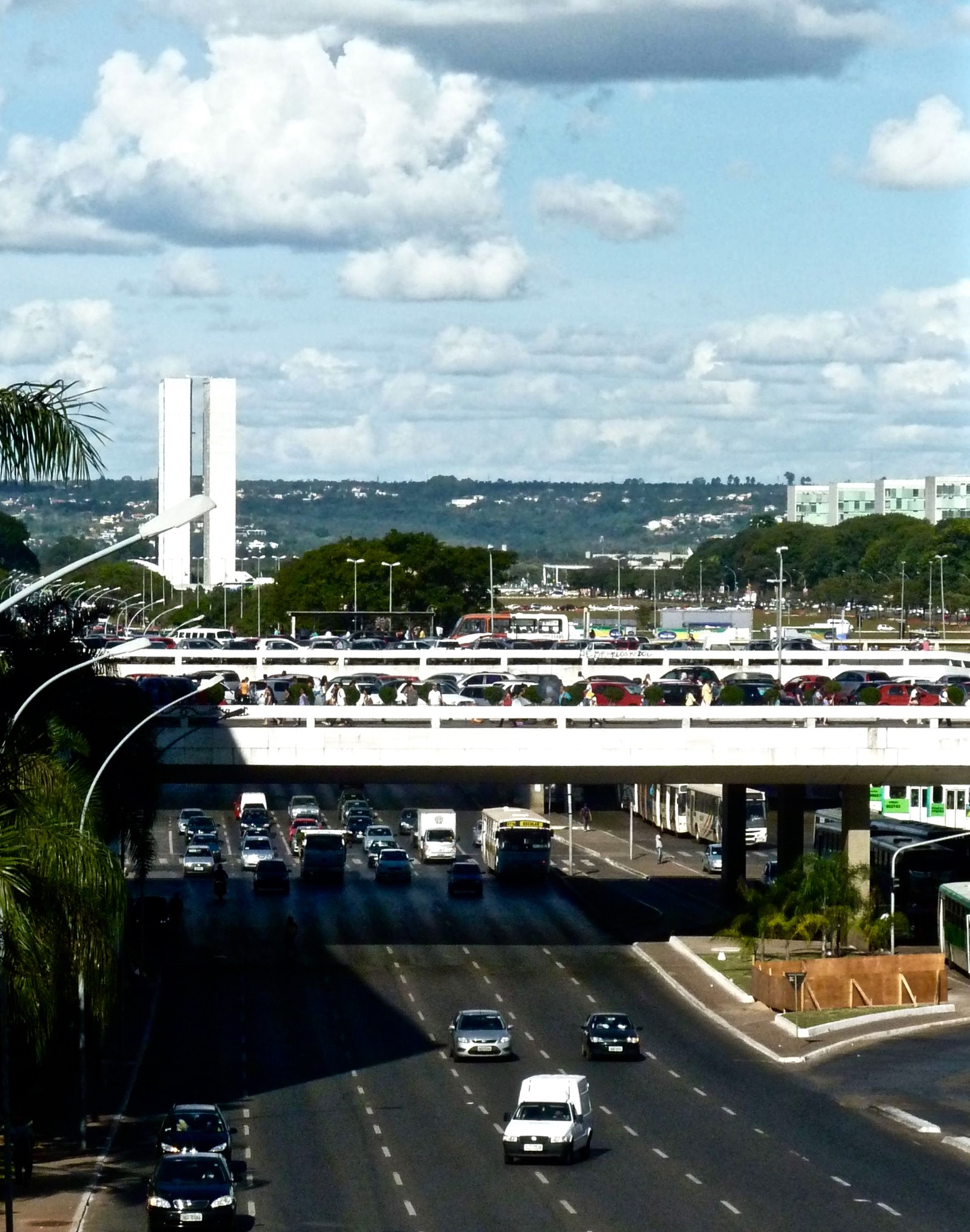 Leichter Verkehr an einer roten Ampel unter dem zentralen Busbahnhof im Stadtzentrum von Brasilia.