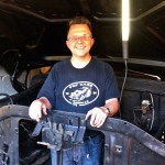 Oles bester Freund Knut in seinem Element - dem Motorraum eines Ford F-100.