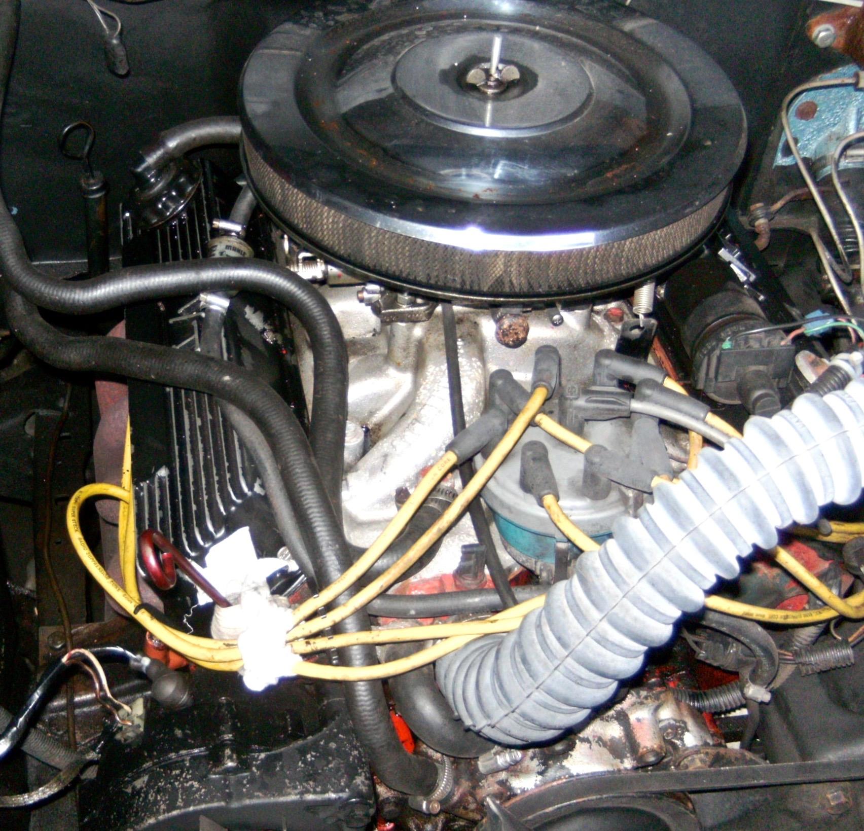 """Der alte 302cui V8-Motor des Ford F-100 ist zwar verbastelt, aber läuft. Ole befolgt die goldene Schrauberregel """"never touch a running engine"""" und lässt erst einmal die Finger davon."""