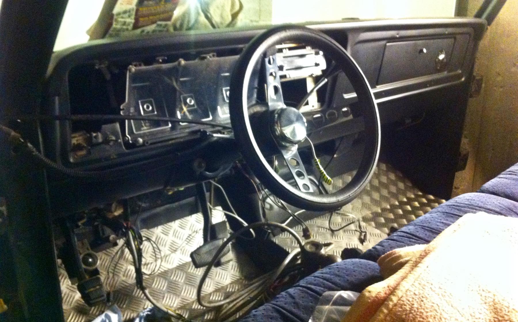 Kabelsalat im Cockpit, aber Riffelblech im Fußraum! Um die Elektrik kann man sich ja später kümmern.