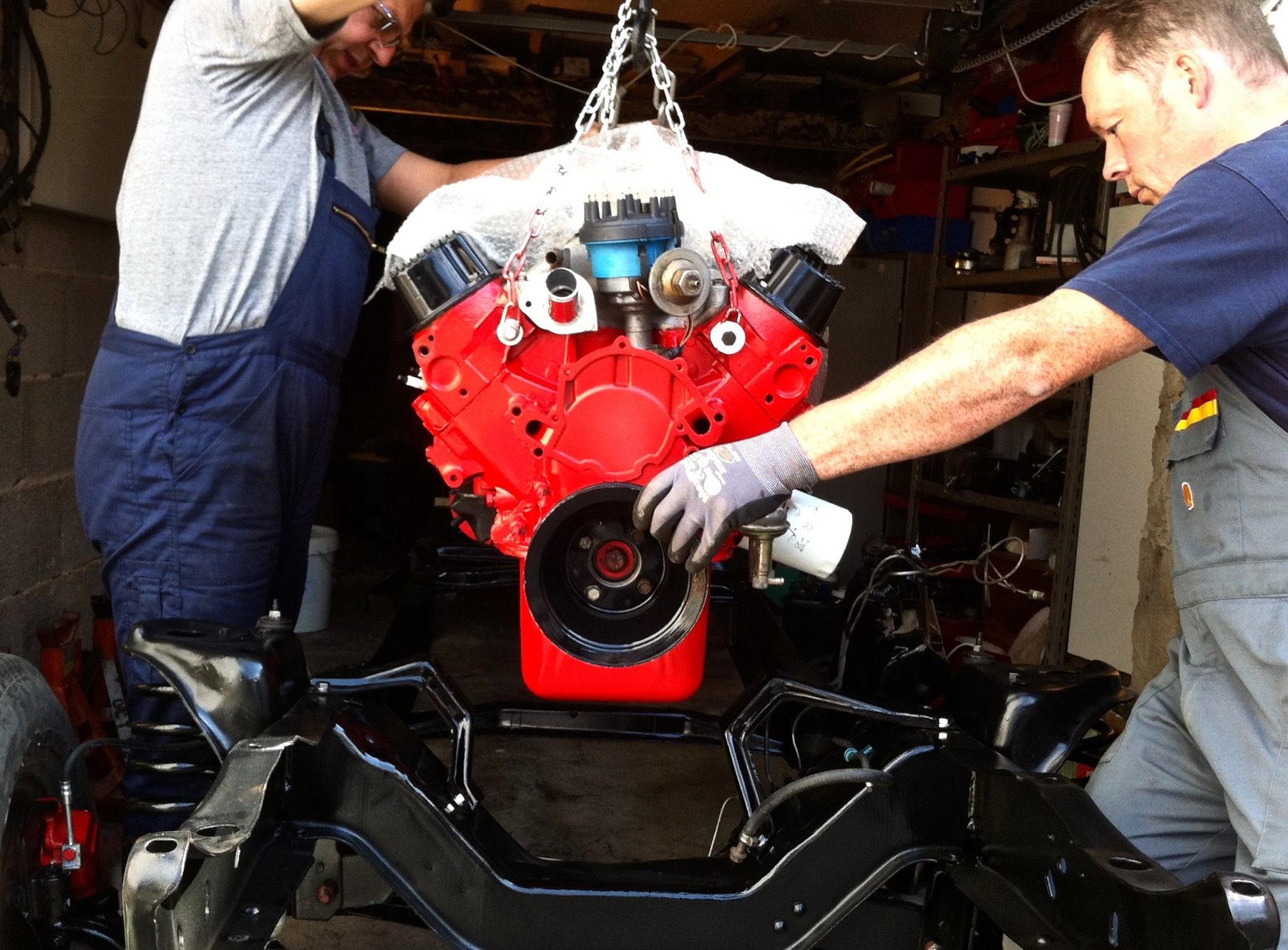 Knut und Ole bauen den frisch überholten Motor auf den überarbeiteten und lackierten Rahmen.