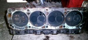 Nach dem Zerlegen des Motors kommt das Grauen: Ölablagerungen am Zylinderkopf. Die Ölkohle reicht für einen ganzen Winter...