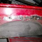 Lochfraß in den Seitenwänden: Hier ist neben dem Rost wenigstens noch so viel Metall vorhanden, dass man weiteres Blech anschweißen kann.