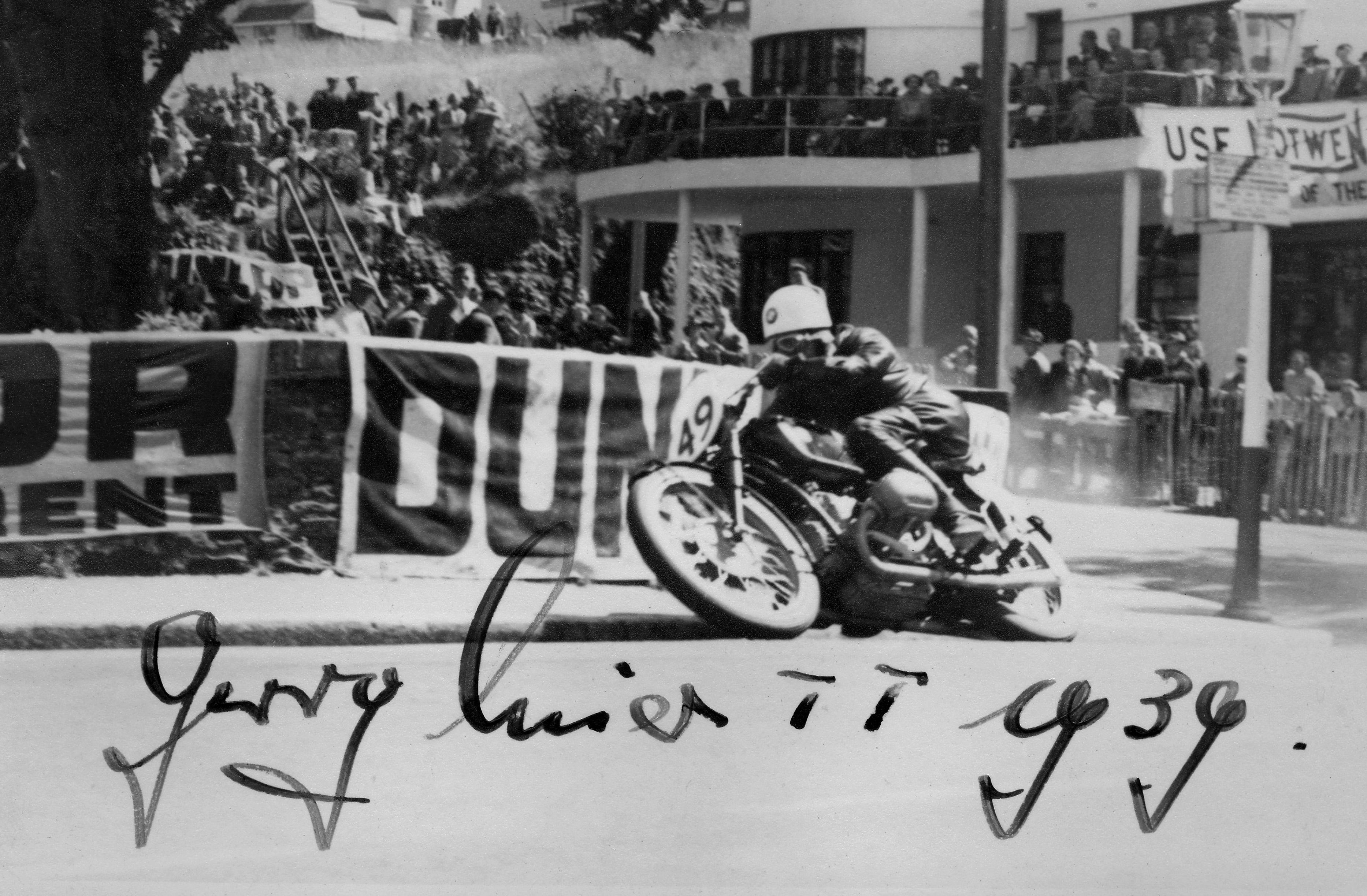 """Als erster Nicht-Brite gewinnt Georg """"Schorsch"""" Meier auf einem BMW 255 Kompressor-Motorrad die Tourist Trophy, die sogenannte Senior TT, auf der Isle of Man."""