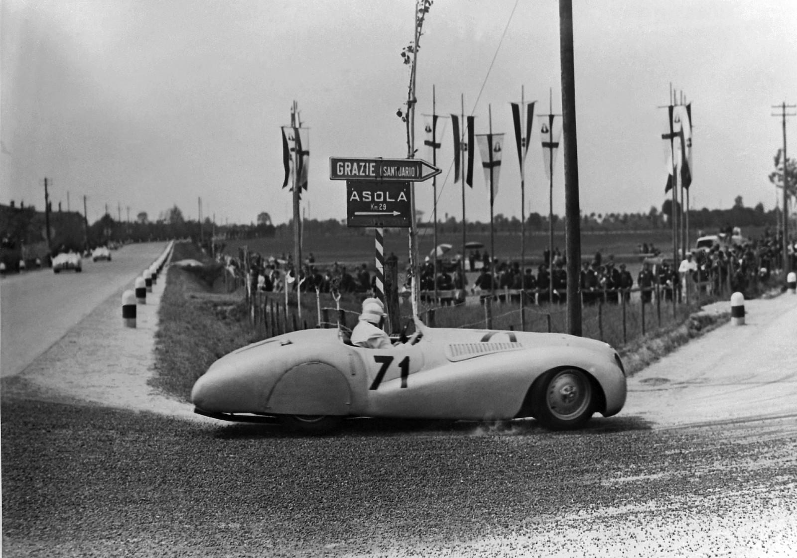 1940 gewannen Fritz Huschke von Hanstein und Walter Bäumel im BMW 328 Touring Coupé mit deutlichem Vorsprung vor dem Zweitplatzierten die Gesamtwertung des legendären Langstreckenrennens Mille Miglia in Italien