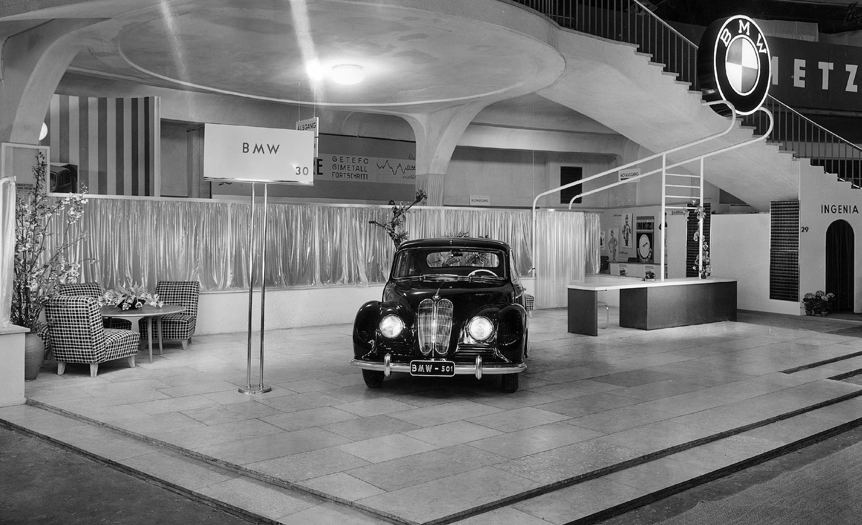 """Im November 1952 werden die ersten BMW 501 mit einem 2.0-Liter Reihensechszylinder-Motor und 65 PS an die Händler ausgeliefert. Aufgrund seiner großzügigen Rundungen wird er bald liebevoll """"Barockengel"""" genannt."""