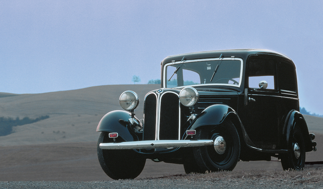 1933 wird der BMW 303 vorgestellt. Die Front des 303 zierte ein zweigeteilter Kühlergrill mit geschwungenen Konturen - die erste Ausführung der bis heute so charakteristischen BMW Niere.