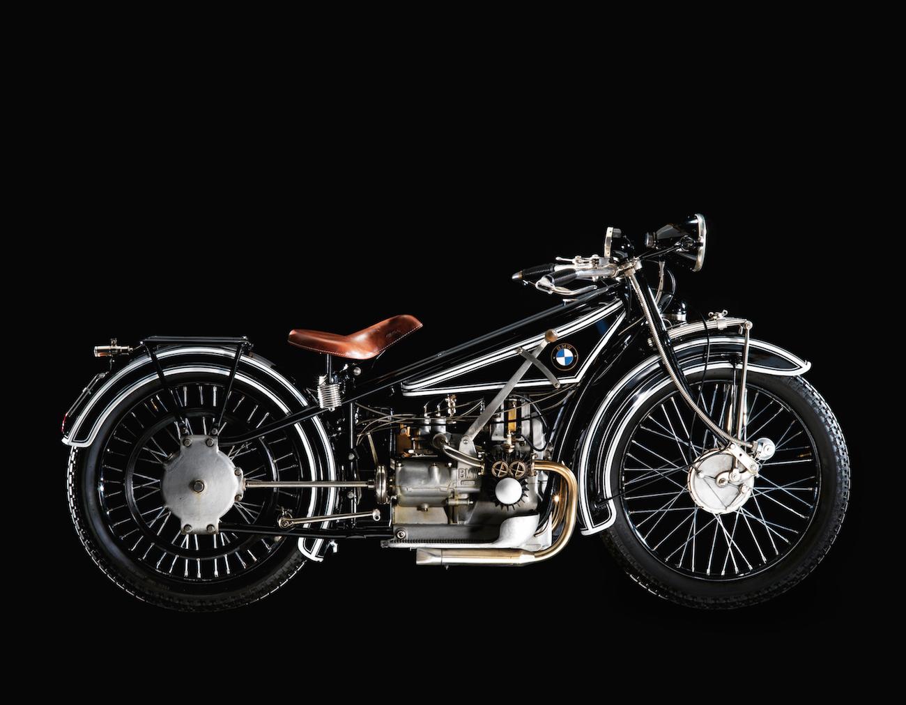 Vorstellung der BMW R 32, das erste Motorrad der Marke, entwickelt unter der Leitung von Max Friz, angetrieben von einem quer eingebauten Zweizylinder-Viertakt-Boxermotor.