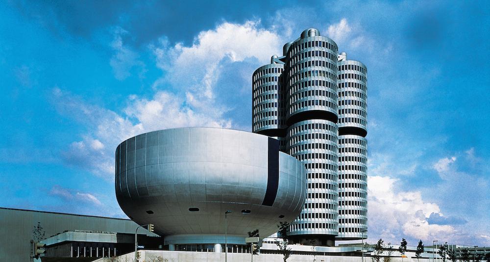 Am 18. Mai 1973 werden das neue Verwaltungsgebäude, der Vierzylinder, und das BMW Museum eingeweiht.
