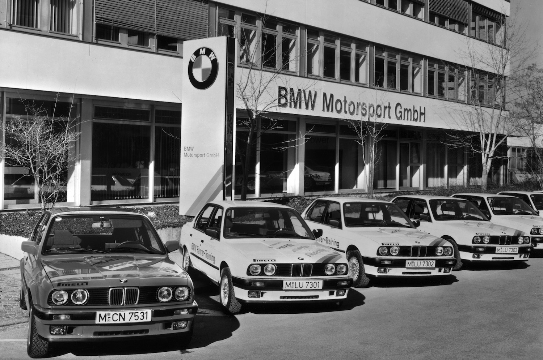 1972 wird die BMW Motorsport GmbH gegründet. Sie ist für alle Rennsportaktivitäten sowie für die Entwicklung und Produktion der BMW M-Modelle zuständig.