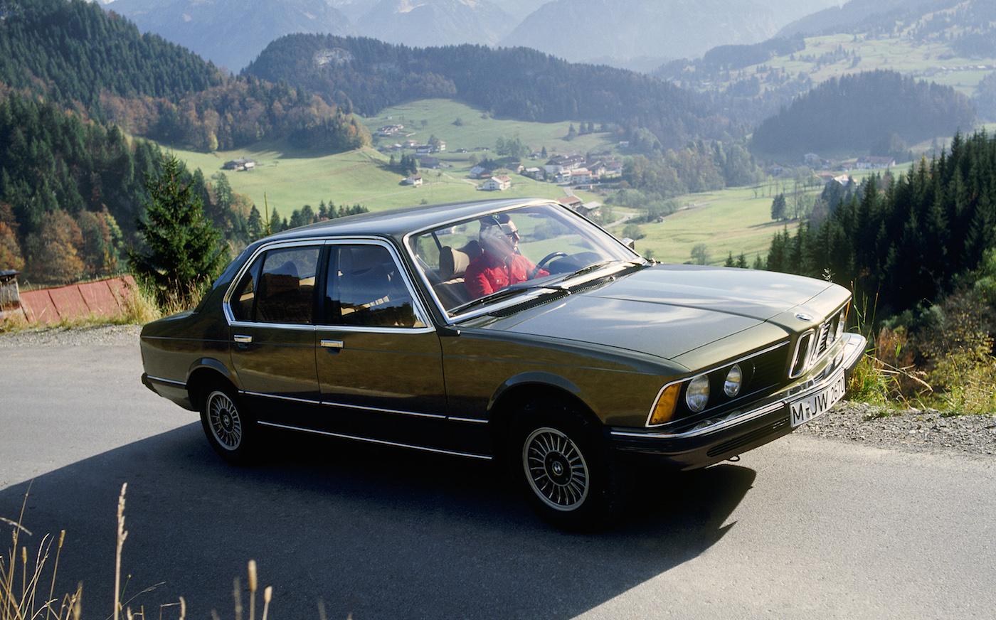 Mit dem BMW E23 kommt ein neues Oberklasse-Modell auf den Markt. Der erste 7er ist der direkte Nachfolger des BMW 2500 (E3).