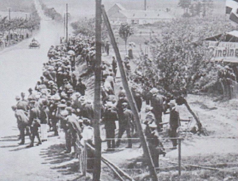 Zahlreiche Zuschauer verfolgen, wie die Teilnehmer des Gordon-Bennett-Rennens mit rund 150 km/h nach Wehrheim hinuntersausen.