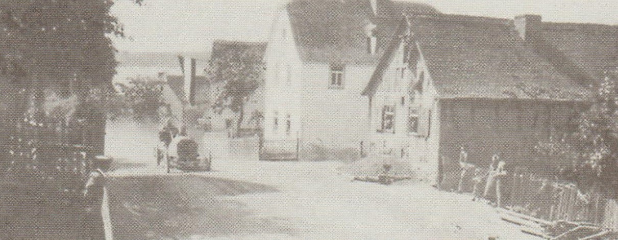 Camille Jenatzy rast mit einer ordentlichen Staubwolke im Schlepptau durch Grävenwiesbach.