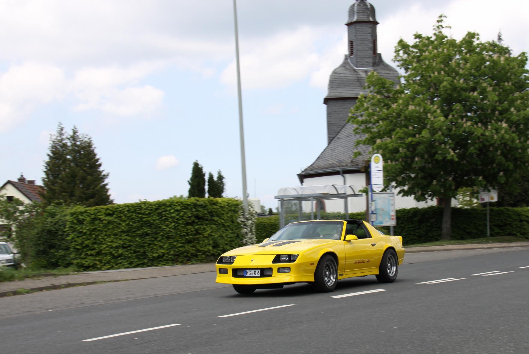 Dirk in seinem Camaro IROC-Z mit gebremstem Schaum an gleicher Stelle. Nach 112 Jahren ist die Kirche im Dorf, und da lassen wir sie auch.