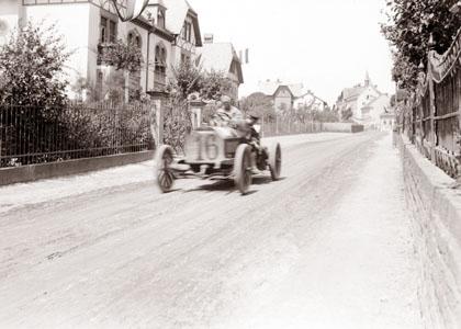 In der Neutralisationszone in Oberursel rollt John B. Warden mit seinem Mercedes entspannt die Füllerstraße herunter. Wo sich allerdings der Radfahrer versteckt hat, bleibt ein Rätsel.
