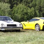Stammen aus dem gleichen GM-Stall, aber unterschiedlichen Jahren: ein Camaro aus den frühen 70ern und die aktuelle Corvette C7.