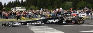 Drag Race-Profi Gerd Habermann mit seinem Renntaxi, einem Dragster der Super Competition-Klasse mit 1000 PS; das bedeutet für den Gewinner der Mitfahrt in 1,1 Sekunden von Null auf Hundert!