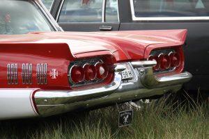 Dem Heck dieses Ford Thunderbird fährt man doch gerne mal etwas länger hinterher.