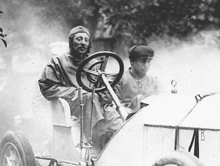 """Der Ingenieur Camille Jenatzy trug wegen seiner draufgängerischen Fahrweise und seines roten Bartes den Spitznamen """"Der rote Teufel"""", rechts daneben sein Mechaniker, der einen Kilometer zurücklaufen musste, um Benzin zu holen."""