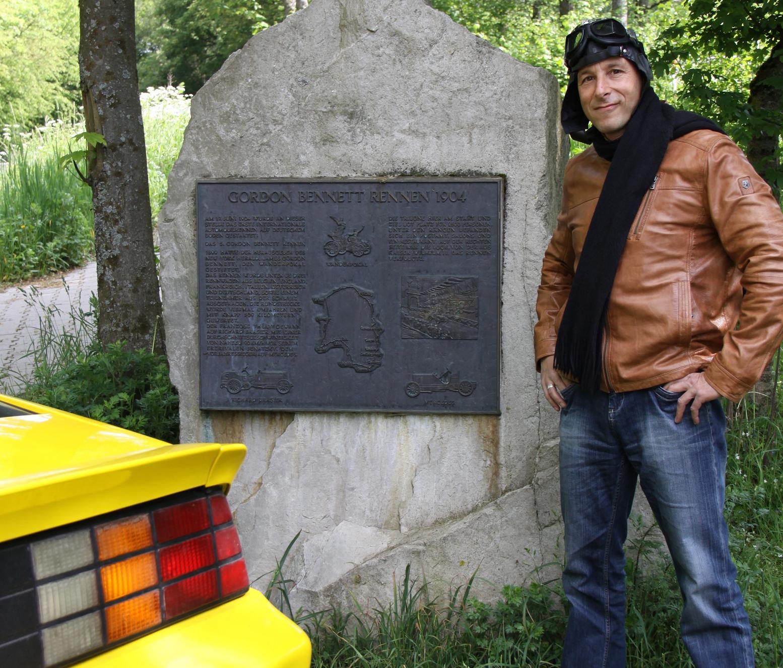 Dirk am Gedenkstein des Gordon-Bennett-Cups nach einem spannenden Rennen in die Vergangenheit.