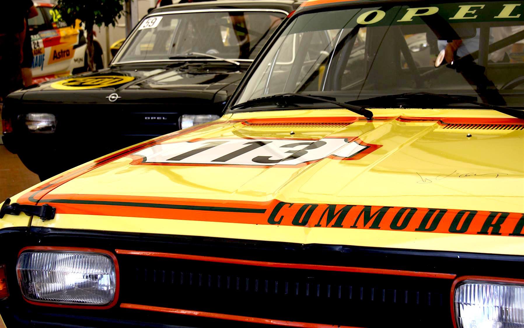 Ein bisschen finster schauen sie beide drein – die Gelbe Gefahr und die Schwarze Witwe – die Superhelden aus der wilden Zeit der Opel-Motorsport-Geschichte.