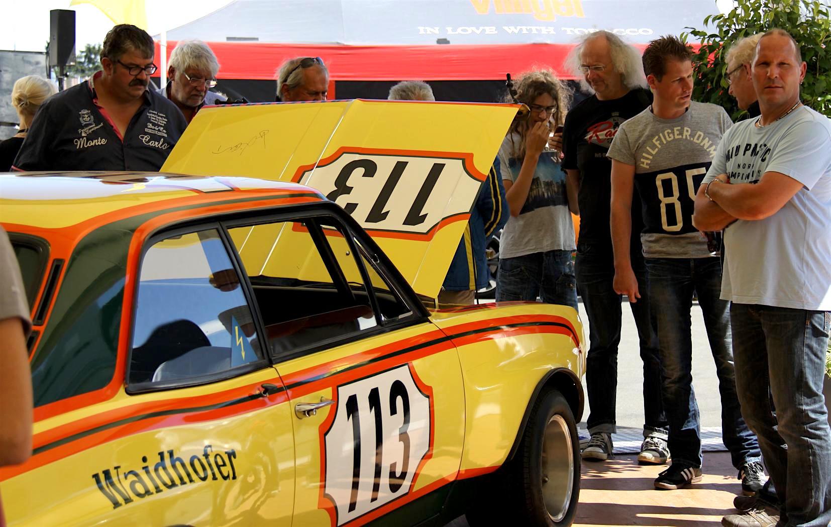 Offene Haube – Menschentraube! Alle wollen das Herz der Gelben Gefahr sehen, den von Klaus Steinmetz getunten Sechszylinder mit Querstromkopf, der sich für einen verbesserten Schwerpunkt tief in den Motorraum duckt.
