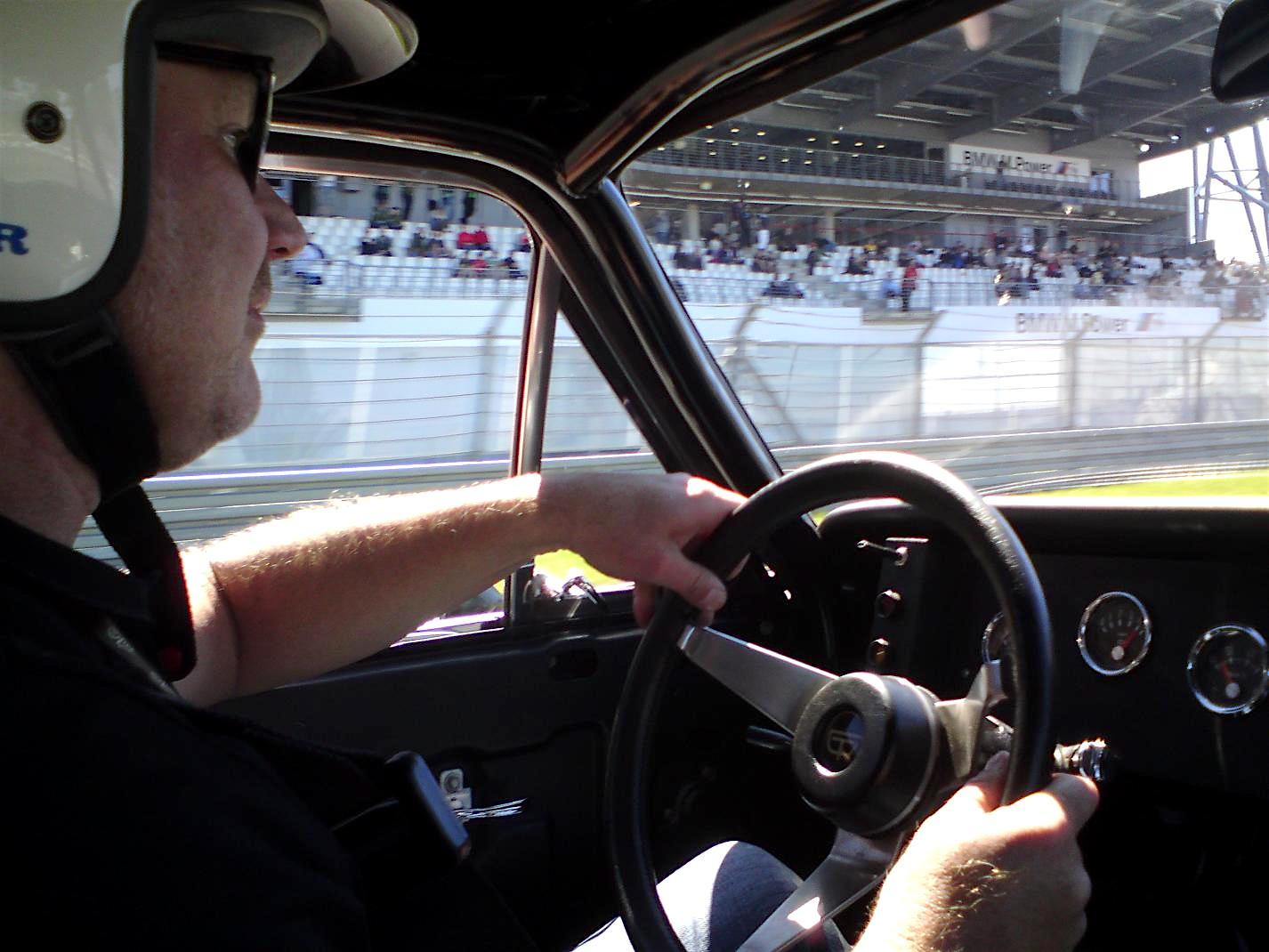 """Opel-Mitarbeiter Jens Cooper an seinem Lieblingsplatz; das Lenkrad stammt aus einem Opel GT-Experimentalfahrzeug und war """"übrig""""."""