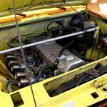 Hier strömen die Gase quer - an der einen Seite über die Ansaugtrichter rein und auf der anderen Seite des Motors wieder raus, das sorgt für einen schnelleren Durchsatz und damit für mehr Leistung.