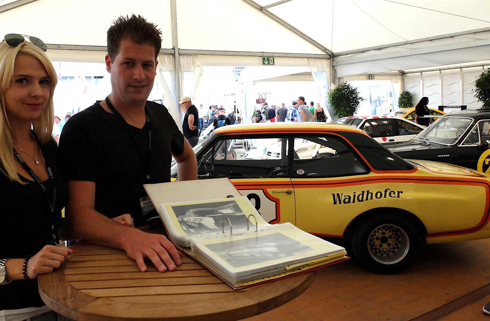 Commodore-Besitzer Marco Wolf und seine Frau Nicole präsentieren einen Ordner voller Zeitdokumente über den Lebenslauf der Gelben Gefahr.