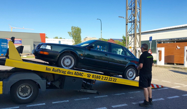 Zurück auf dem Autohof Burgau wird der Audi V8 auf einem Tesla Supercharger-Platz abgestellt.