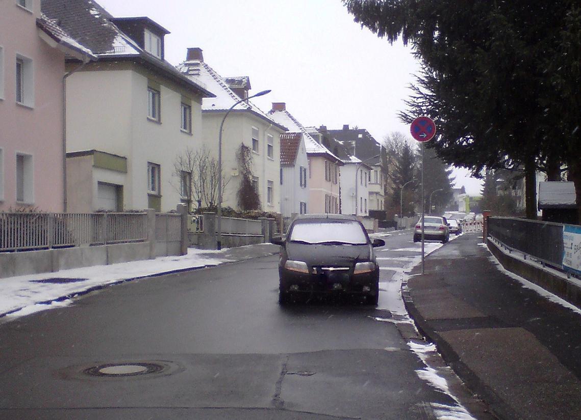 Tückischer Winter: Wenn Schneemassen den Verlauf des Bordsteins verschleiern und wild tanzende Schneeflocken die Sicht auf Verkehrsschilder behindern, wird korrektes Parken zur Glückssache.