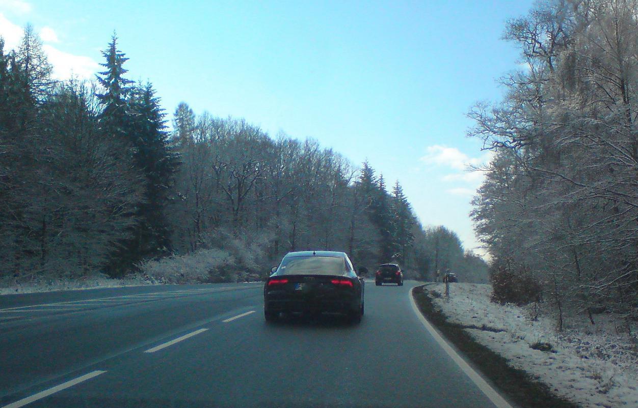 Wintereinbruch im Taunus – wir sind eingeschneit! Na gut – nur zwei Zentimeter, und auch nur am Straßenrand. Aber wenn es jetzt doch glatt ist? Vielleicht zwischen den Salzkörnern?