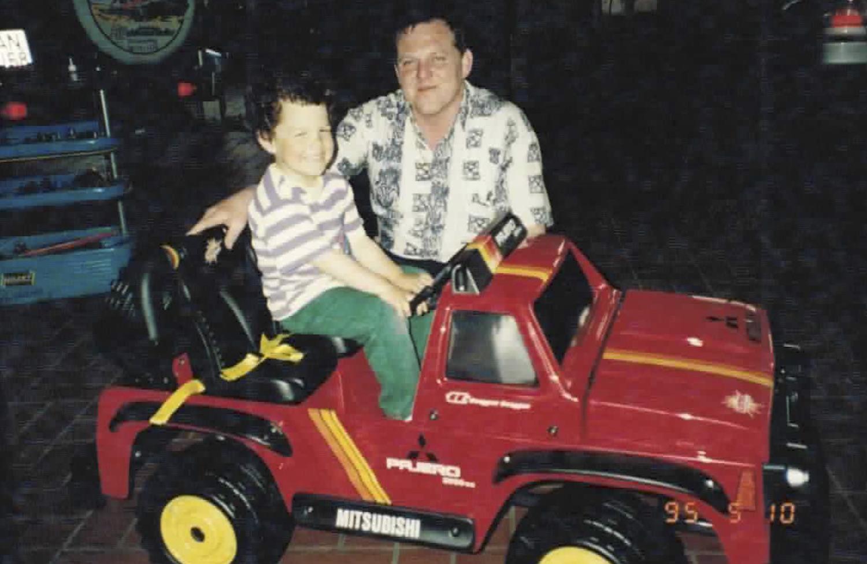 Papa Wohlmannstetter schenkt seinem Sohn einen elektrischen Mitsubishi Pajero zum Geburtstag.