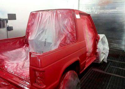 Die Karosserie des Mitsubishi Pajero L040 in strahlendem Rot
