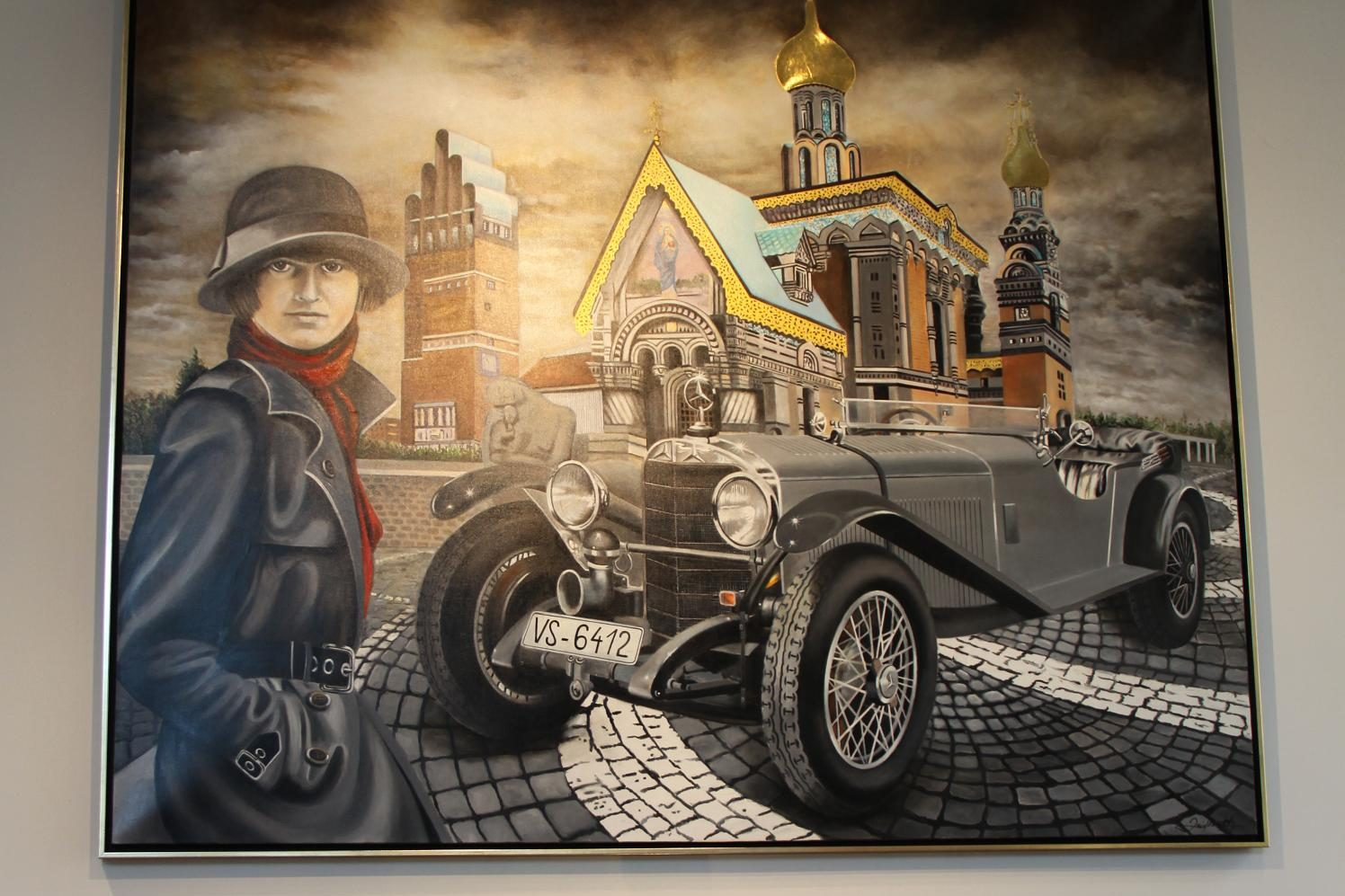 Die Künstlerin Doris Zeidlewitz hat ein paar eindrucksvolle Gemälde im Großformat beigesteuert, die die Ausstellung abrunden, aber auch fürs Wohnzimmer erworben werden können. Hier Ernes Merck und ihr Mercedes in Darmstädter Kulisse.